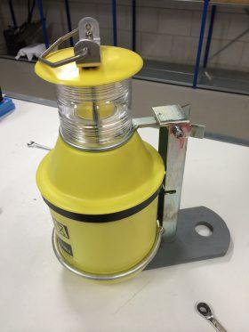 Vuurtorenlamp aan antidiefstalbeugel op aangepaste boeiplaat